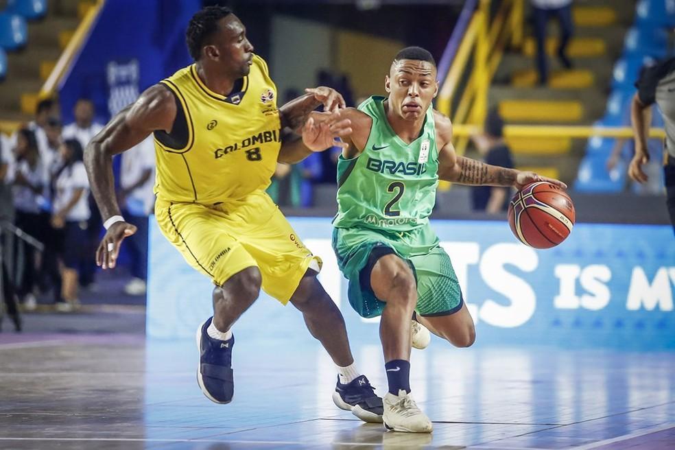 Baixinho Yago anotou oito pontos e, apesar do nervosismo no começo, fez bom segundo tempo pelo Brasil (Foto: Divulgação / FIBA)