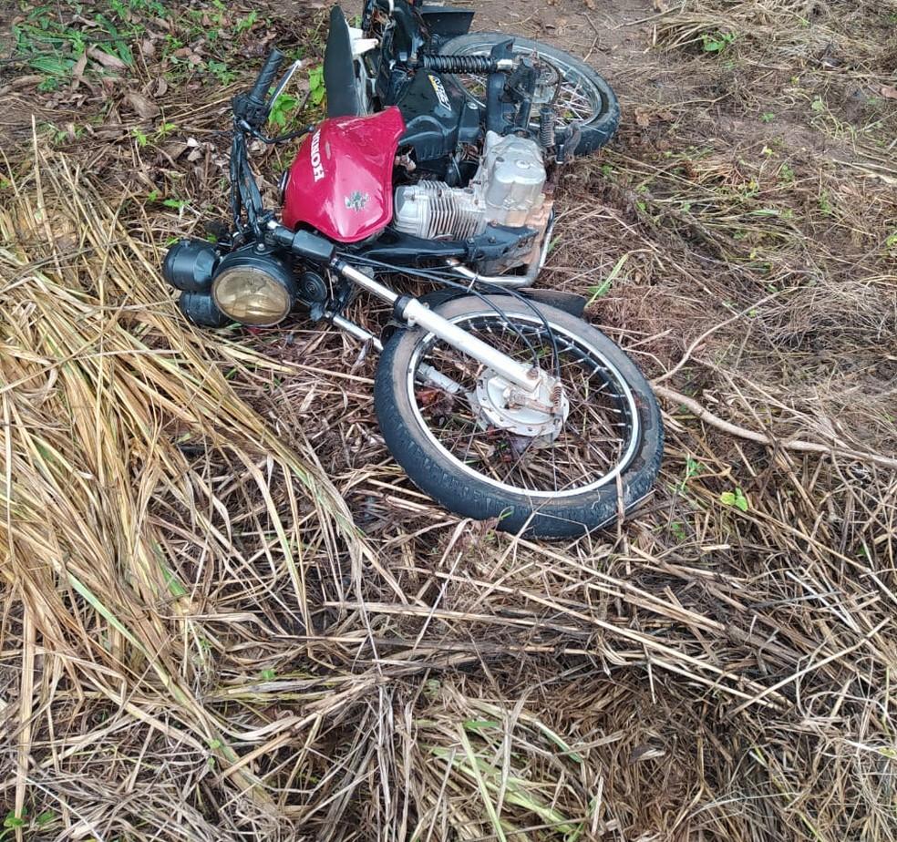 Moto da vítima foi retirada do leito do rio pelos moradores — Foto: Corpo de Bombeiros/ Divulgação