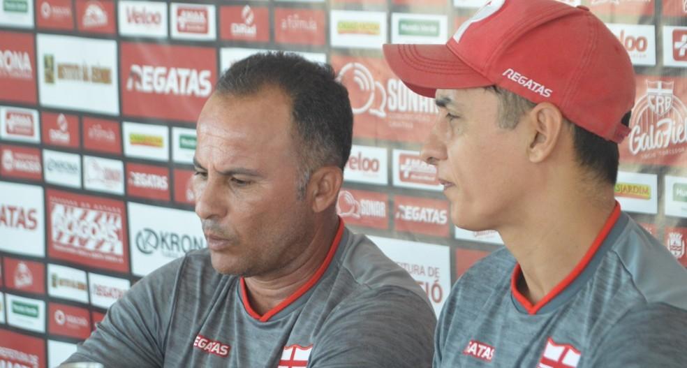 Léo Cupertino (sem boné) é o responsável da preparação física do CRB — Foto: Gustavo Henrique/CRB