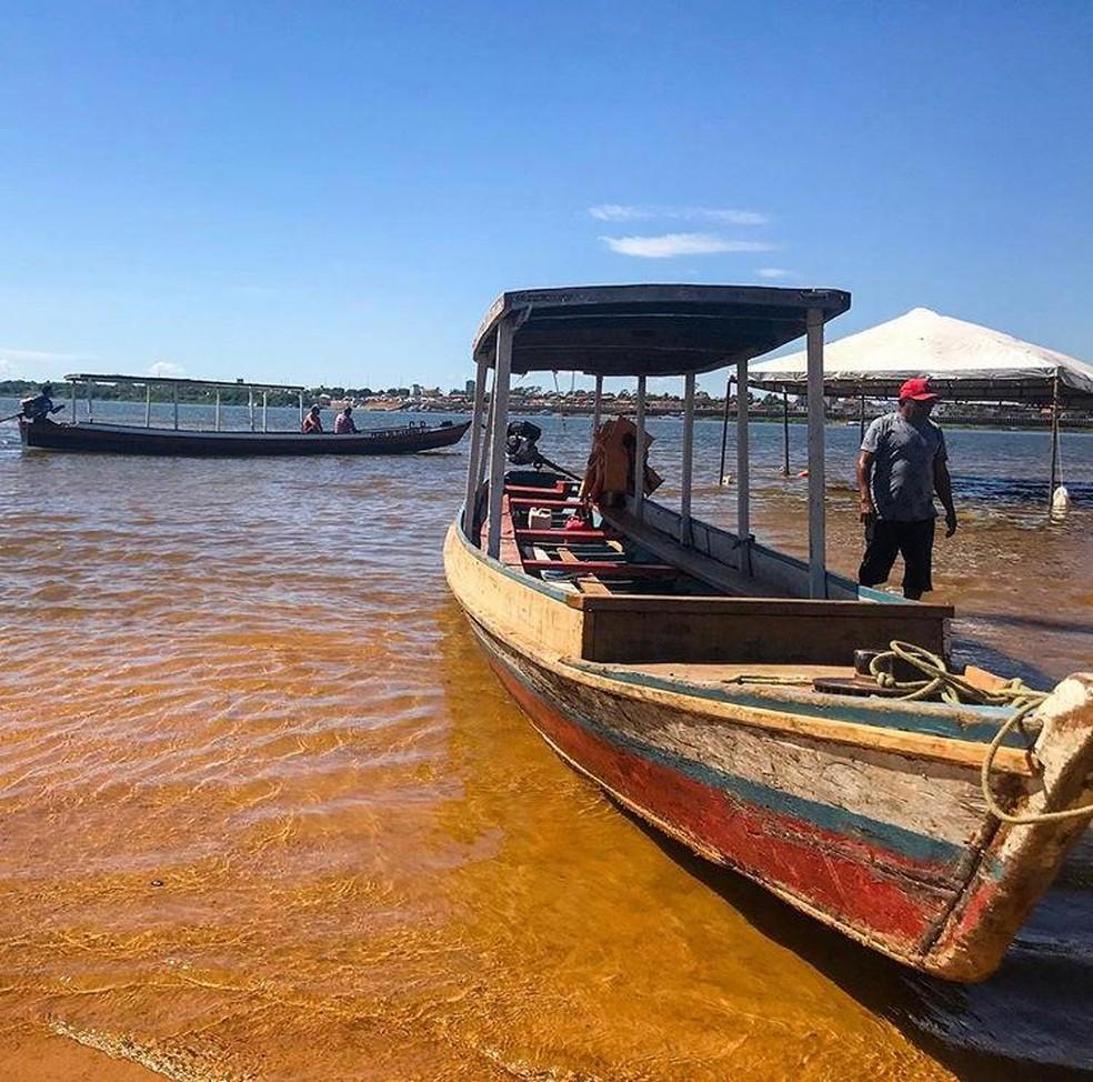 Visitantes chegam de barco até a praia do Tucunaré em Marabá.  — Foto: Adriano Baracho/ TV Liberal
