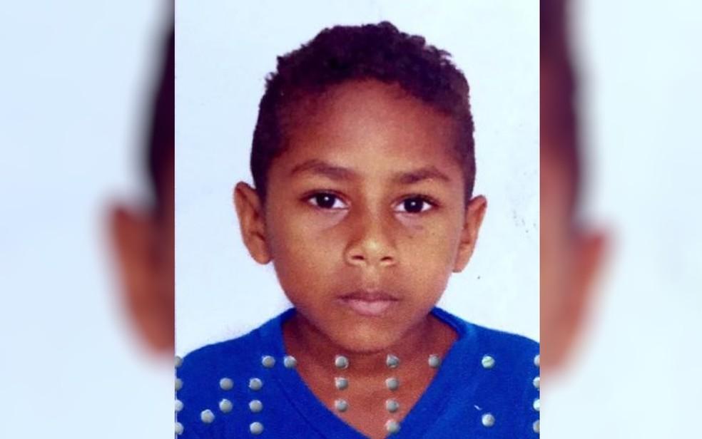 Divino, de 8 anos, morreu após ser esmagado por carreta — Foto: TV Anhanguera/Reprodução