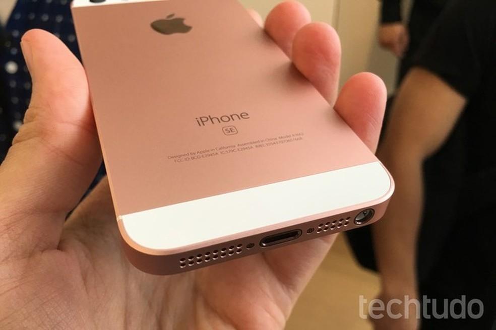 SE é um dos últimos iPhones lançados com saída para fones (Foto: Thássius Veloso/TechTudo)