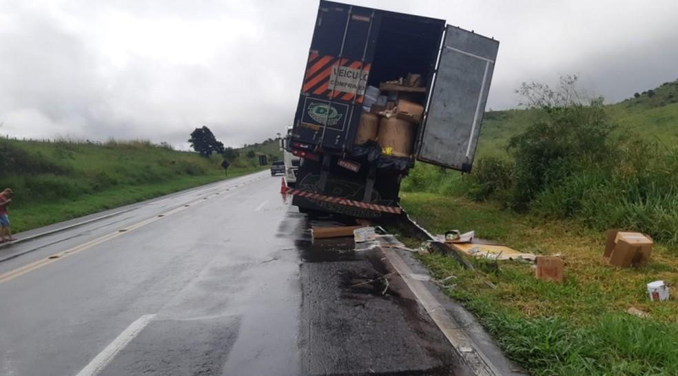 Grupo é preso por saque de alimentos em caminhão tombado em trecho baiano da BR-116. — Foto: PRF / Divulgação
