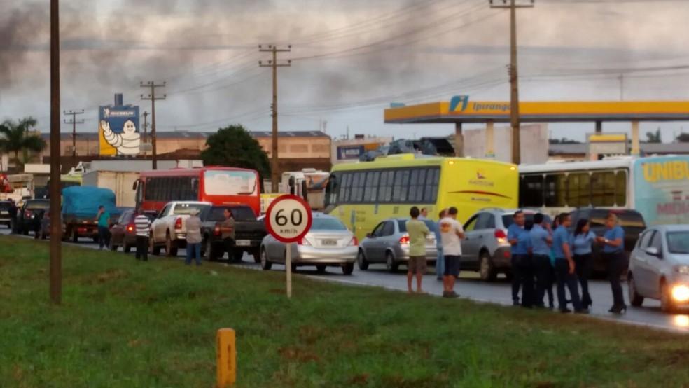 Moradores interditam o KM 5 da BR-135 em São Luís (Foto: Douglas Pinto/ TV Mirante)