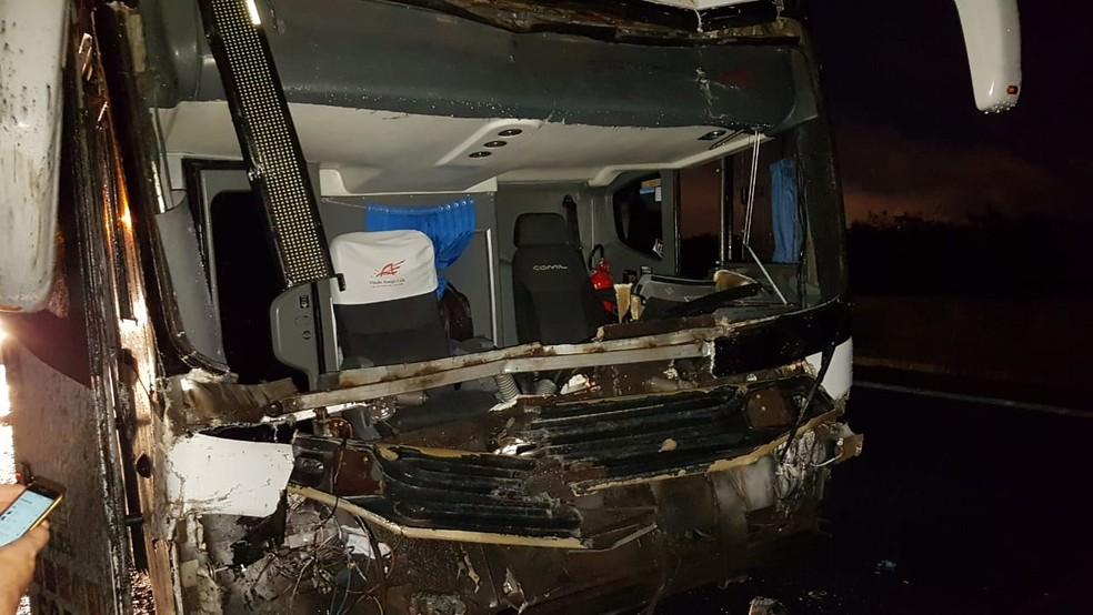 Acidente com ônibus de turismo deixou dois feridos na Dutra em Pinda — Foto: Arquivo pessoal