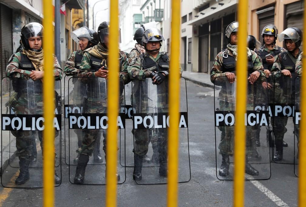 Policiais cercam ruas próximas ao Congresso do Peru, em Lima, nesta terça-feira (1º) — Foto: Guadalupe Pardo/Reuters