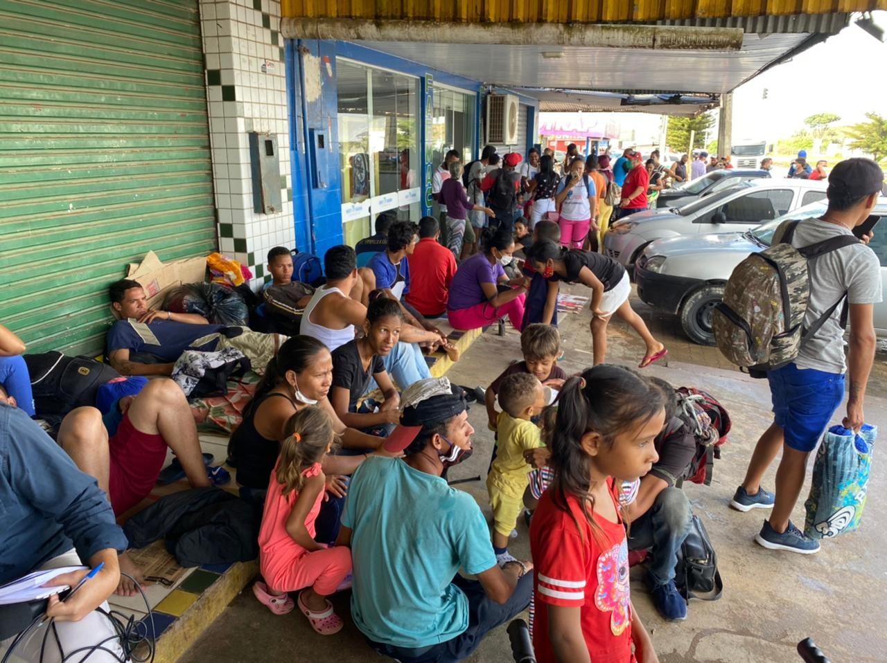 Venezuelanos passam noite nas ruas e enfrentam longas filas por regularização no Brasil; FOTOS