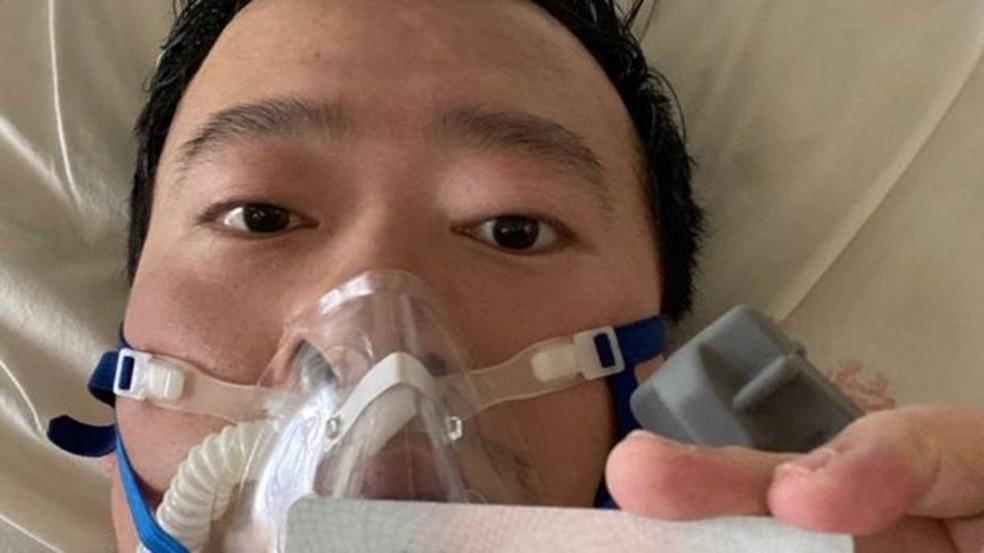 Li Wenliang postou uma foto de si mesmo no leito hospitalar — Foto: Weibo via BBC