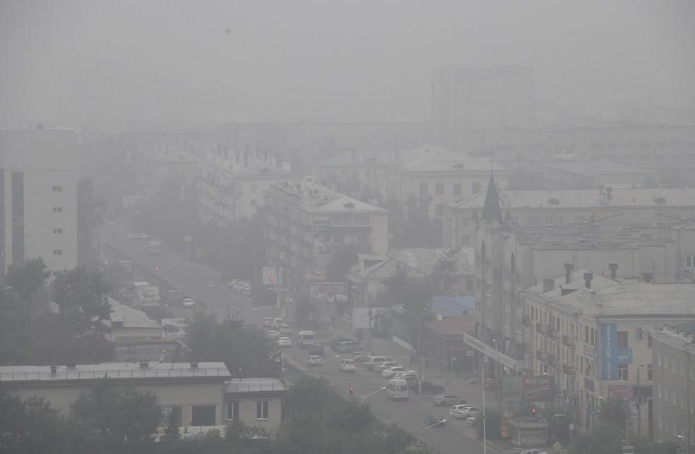 Fumaça cobre a cidade de Chita, no leste da Rússia, nesta quinta-feira (1º). As autoridades russas declararam estado de emergência em pelo menos quatro regiões. — Foto: Associated Press