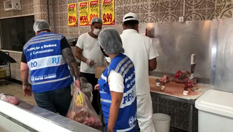 Supermercado em Arraial do Cabo, RJ, é alvo de operação de fiscalização do Procon-RJ — Foto: Procon-RJ