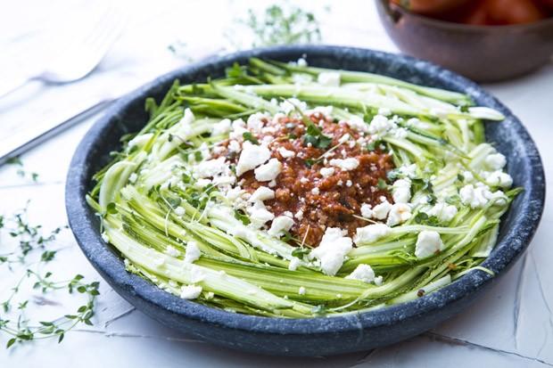 Vegano e de fácil preparo: espaguete de abobrinha com molho à bolonhesa  (Foto: Divulgação)