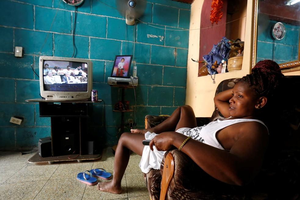 Mulher descansa em frente à TV em Havana durante sessão do Parlamente que analisa nova Constituição para Cuba (Foto: REUTERS/ Stringer)