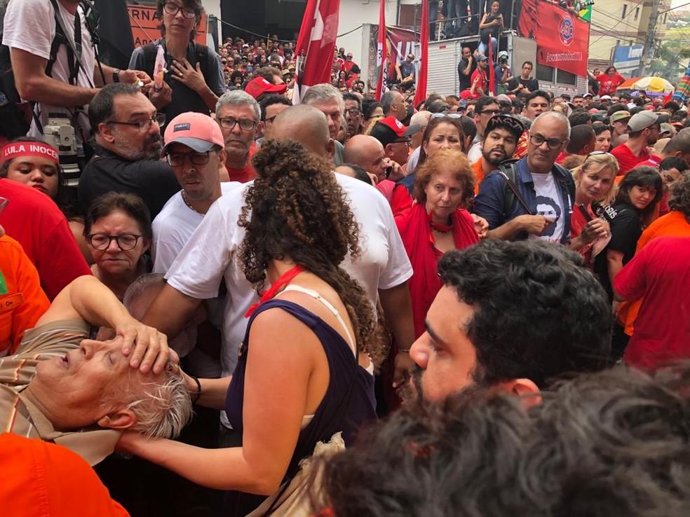 Idoso passa mal em comemoração em frente ao Sindicato dos Metalúrgicos no ABC — Foto: Roney Domingos/G1