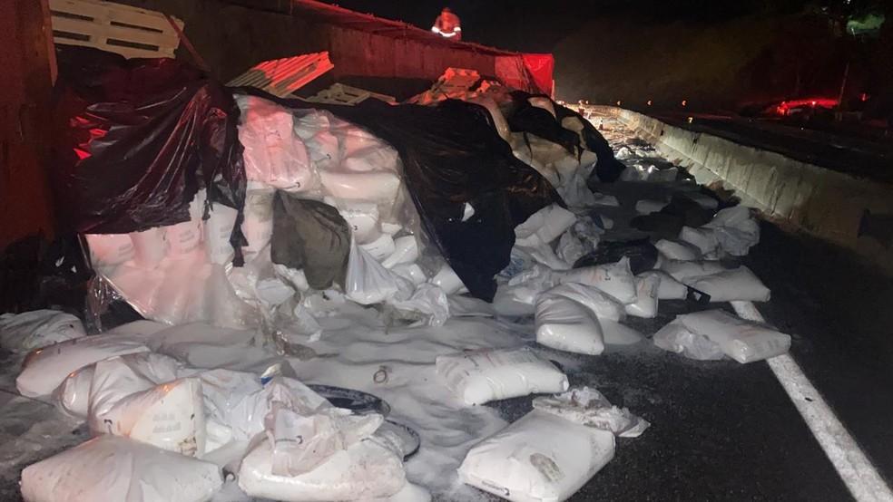 Carga de polietileno se espalha pela pista — Foto: Polícia Rodoviária Federal