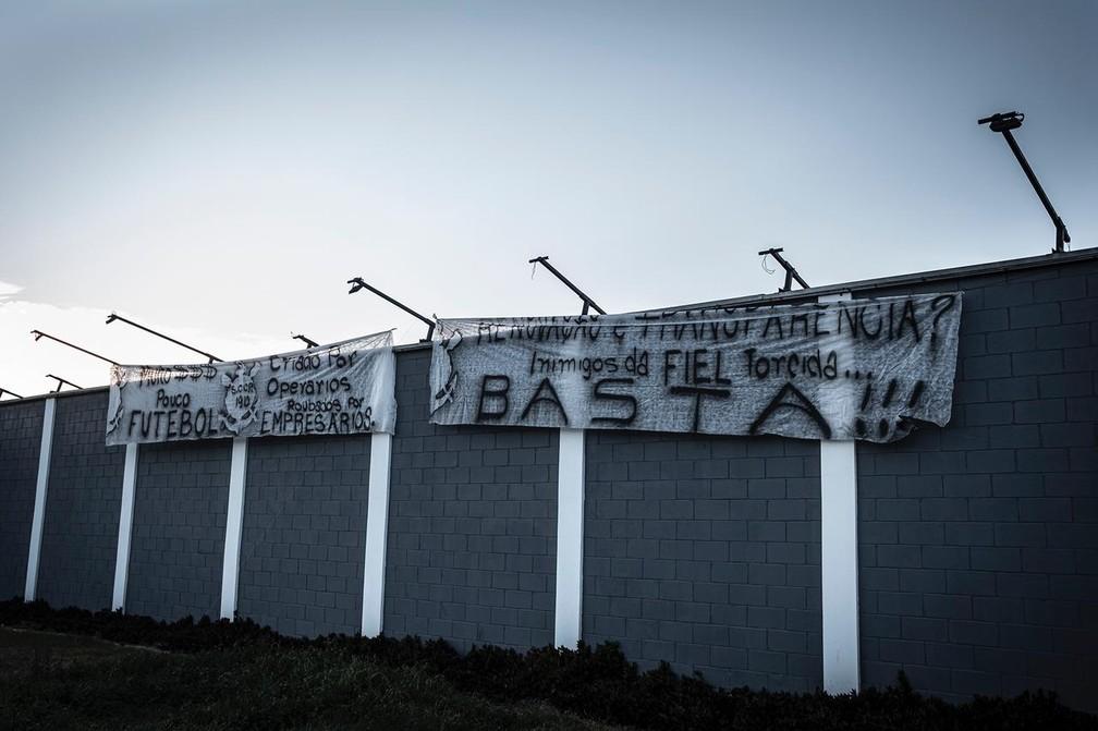 Protesto da torcida do Corinthians na porta do CT  — Foto: Fernando Lago/Divulgação