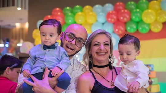 Casal dos gêmeos 'profetizados' por Huck revela drama de doença em um dos filhos de 1 ano