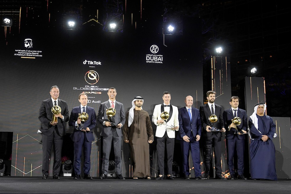 Premiados dividiram palco sem distanciamento ou uso de máscara — Foto: AFP