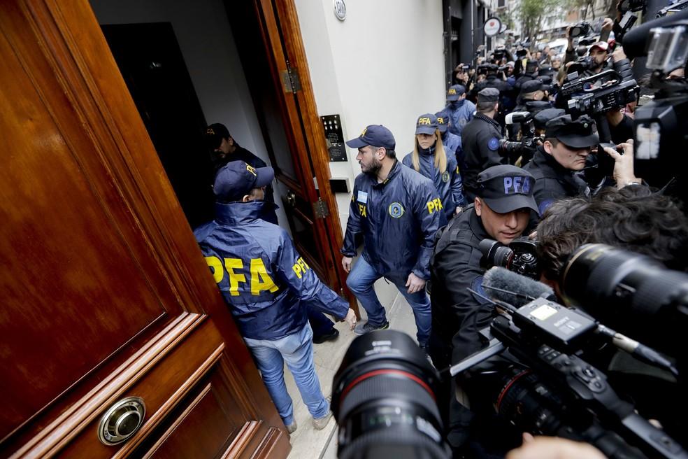 Policiais chegam nesta quinta-feira (23) ao prédio em que mora a senadora e ex-presidente Cristina Kirchner em Buenos Aires (Foto: Natacha Pisarenko/AP Photo)