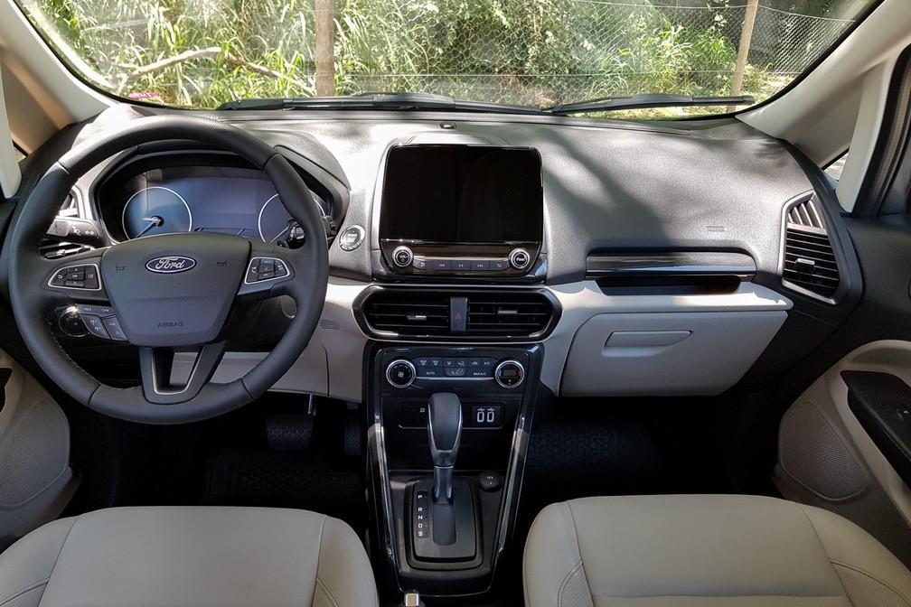 """Interior do SUV tem central multimídia com tela """"flutuante"""" e acabamento bicolor — Foto: Guilherme Fontana/G1"""