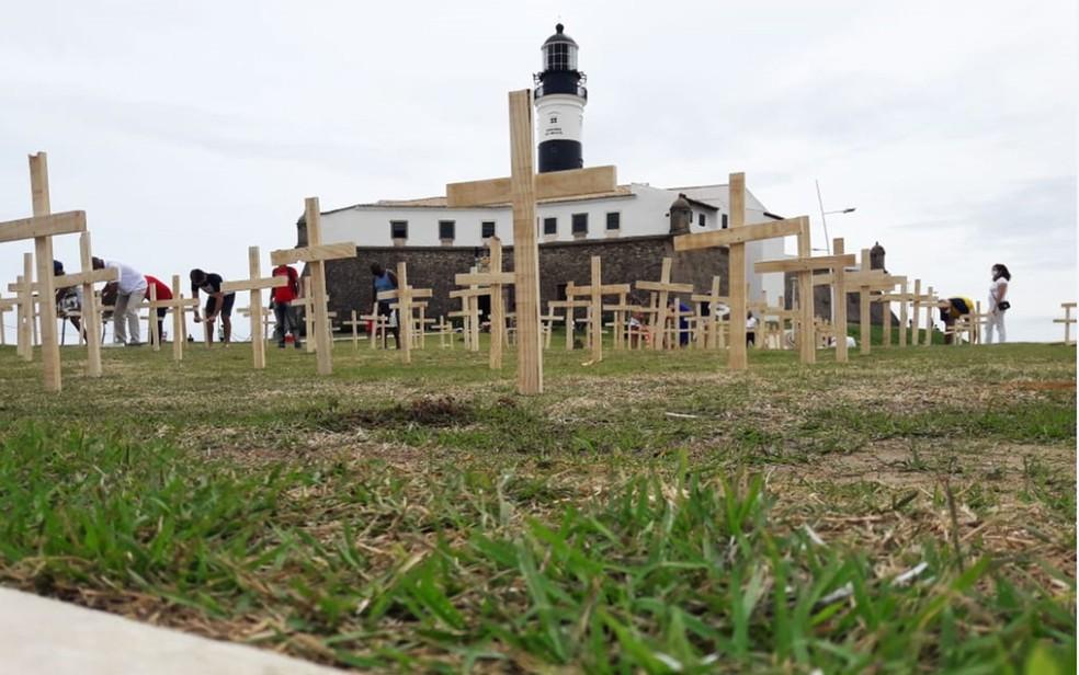 Ato usa cerca de 200 cruzes no Farol da Barra para lembrar as vítimas da Covid-19 — Foto: Romildo Brandão/TV Bahia