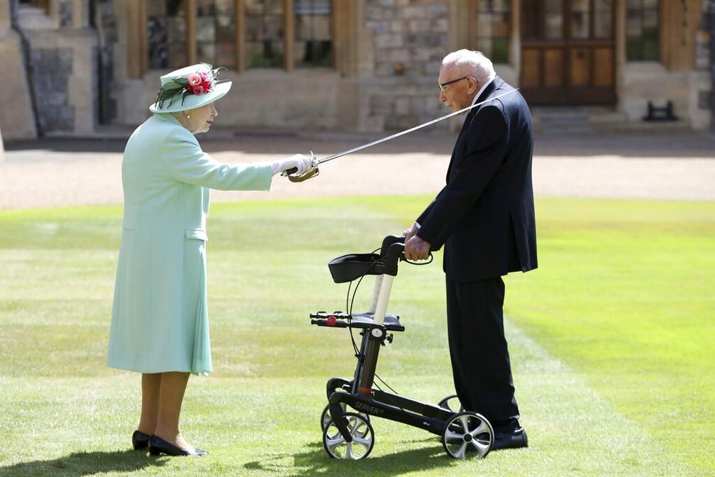 Rainha concede título de sir a Tom Moore, em 17 de julho de 2020 — Foto: Chris Jackson/Getty Pool/Via AP