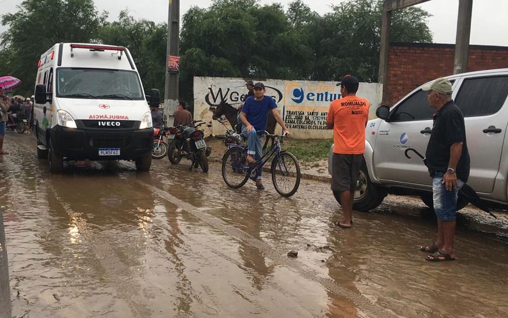 Muita lama ainda está espalhada pelas ruas de Coronel João Sá, na manhã desta sexta-feira (12) — Foto: Alan Tiago/G1