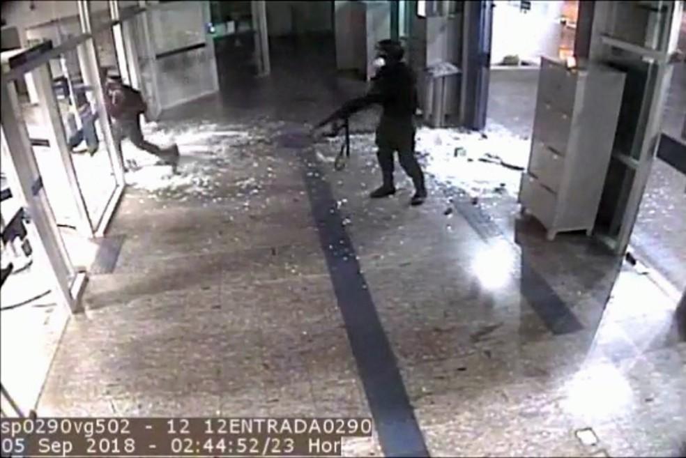 Quadrilha entrou fortemente armada em agência bancária de Bauru (Foto: Reprodução)