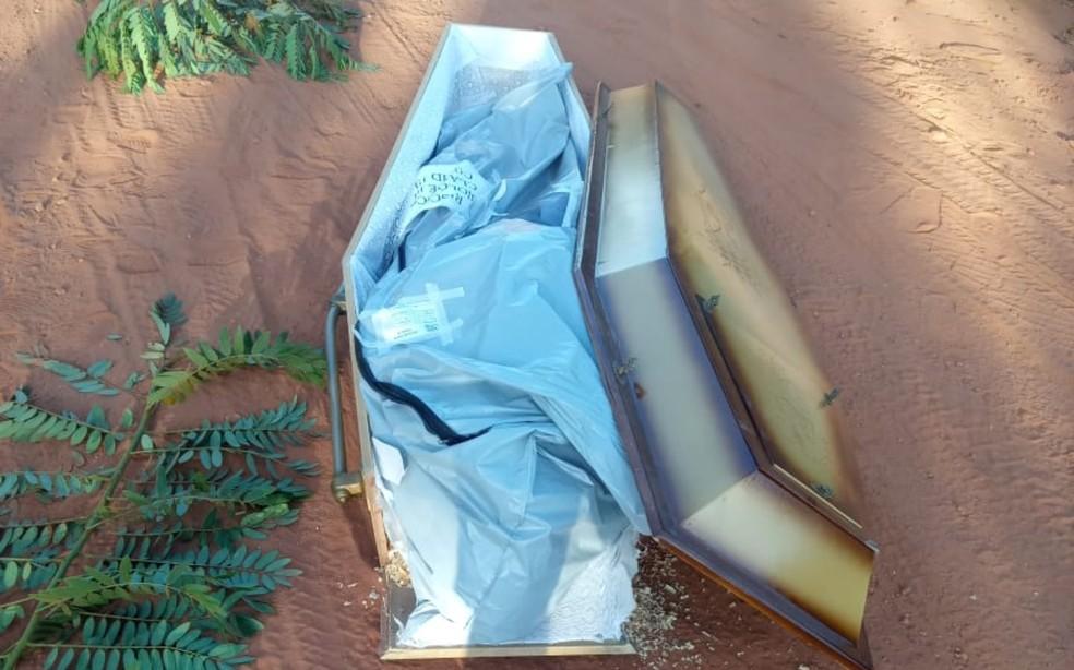 Caixão cai de carro funerário que passava por estrada no oeste da Bahia — Foto: Reprodução / Redes Sociais