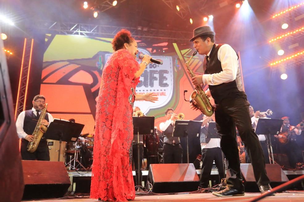 Maestro Spok anima a primeira noite oficial de carnaval no Bairro do Recife (Foto: Rafael Medeiros/G1)