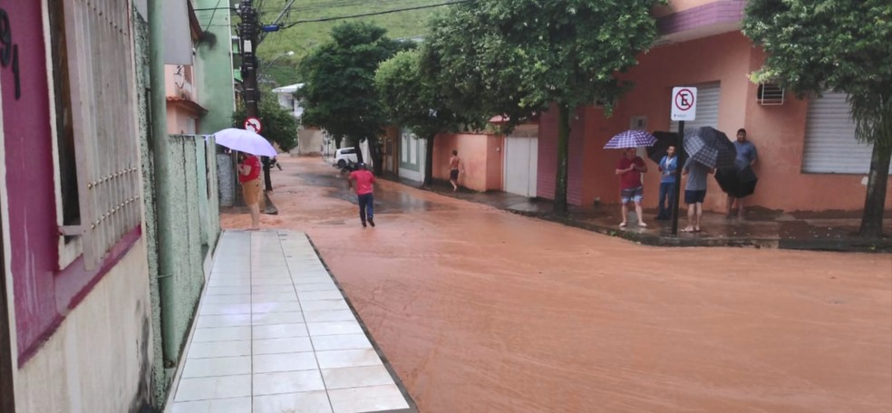 Ruas e casas ficaram alagadas em Menino Jesus, distrito de Muniz Freire — Foto: Reprodução/TV Gazeta