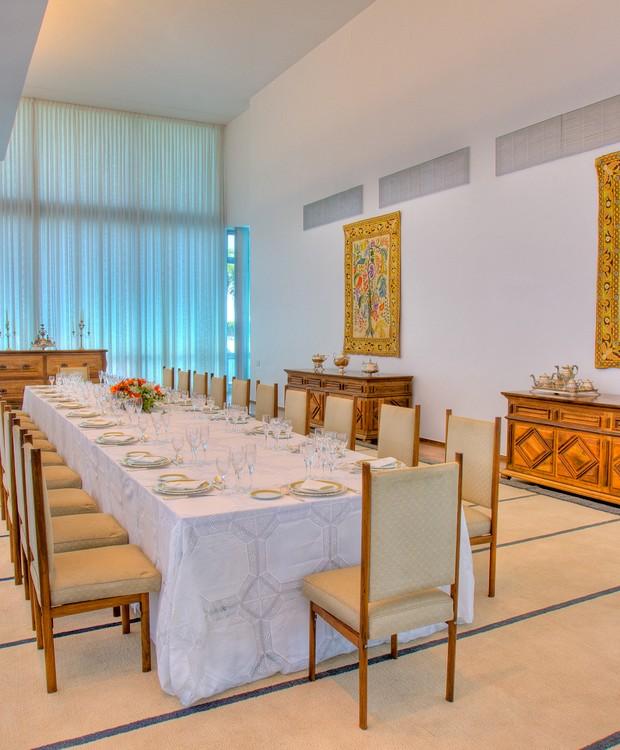 Concebido por Ana Maria Niemeyer, responsável pela decoração original do palácio, o salão de banquetes tem lugar para até 50 convidados (Foto: Ichiro Guerra/Reprodução)
