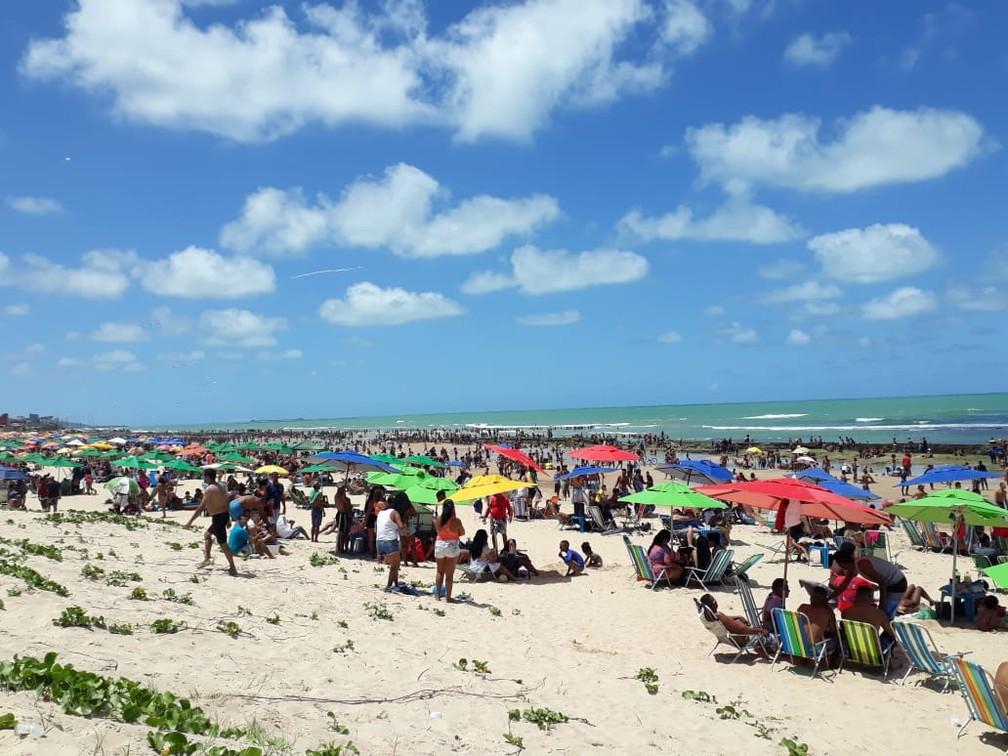 Praia de Boa Viagem, na Zona Sul do Recife, ficou cheia de banhistas no feriado de 7 de setembro — Foto: Bruno Fontes/TV Globo