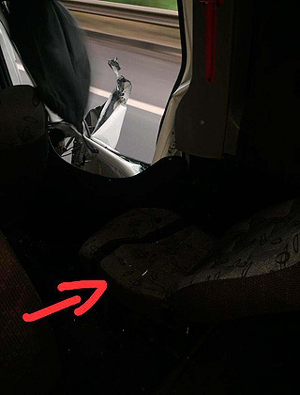 Na rede social, cantor Lucas postou foto do local onde estava sentando quando a batida aconteceu (Foto: Divulgação)