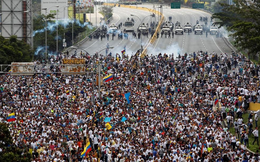 Manifestantes entram em confronto com a polícia durante protesto contra Maduro em Caracas (Foto: Christian Veron/Reuters)