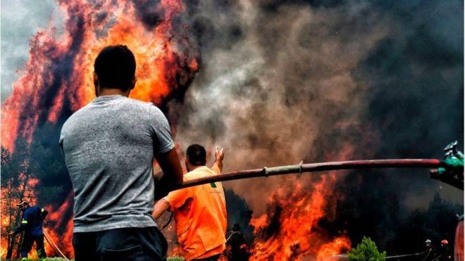 Mais de 80 pessoas já morreram na Grécia em decorrência de incêndios florestais (Foto: AFP via BBC)