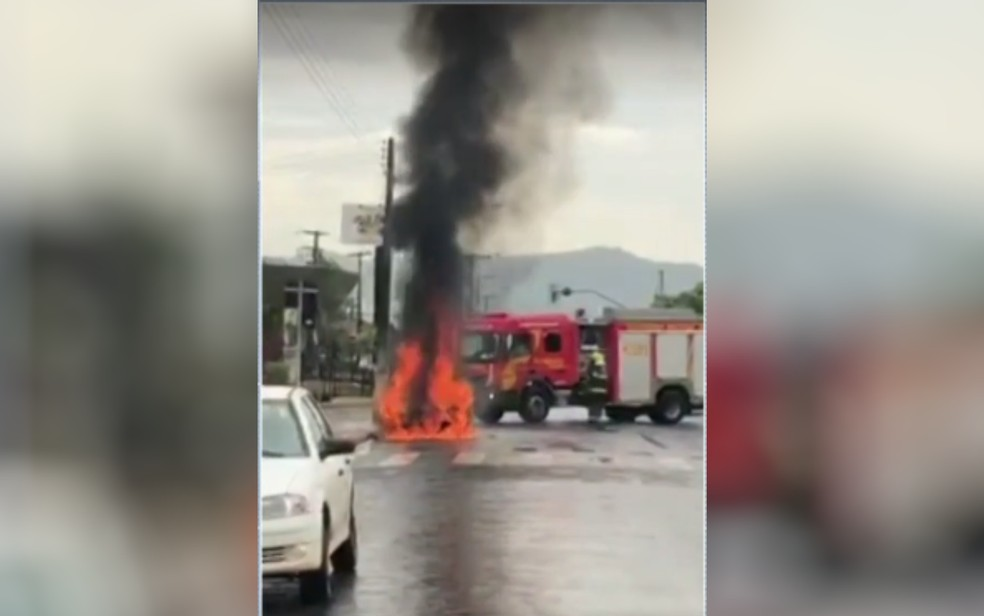 Incêndio em carro assusta moradores de Ceres — Foto: Reprodução/TV Anhanguera