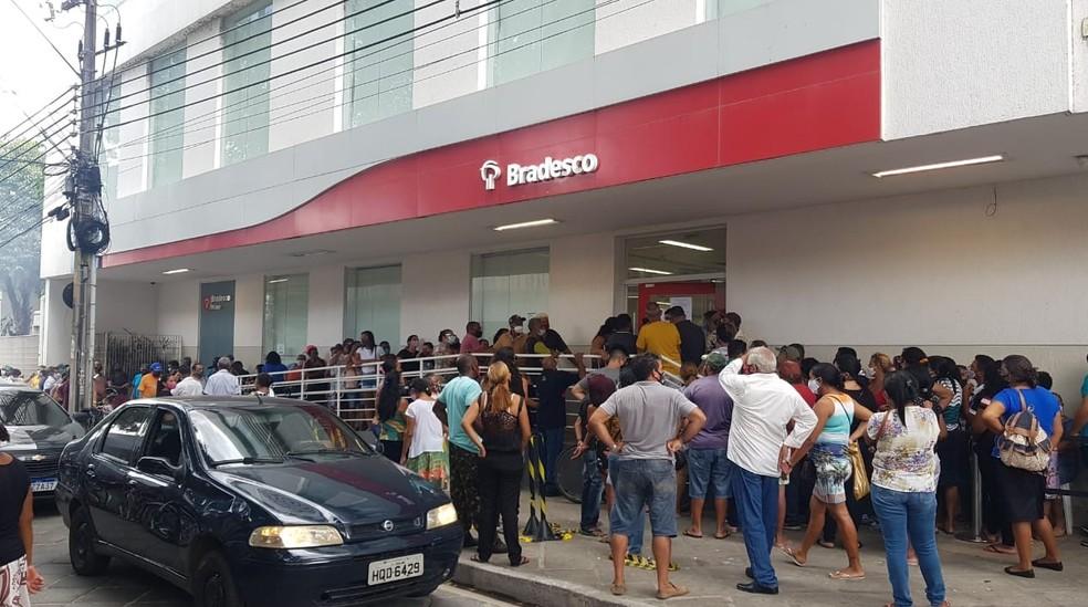 Agências tiveram longas filas em Teresina— Foto: Arquivo pessoal