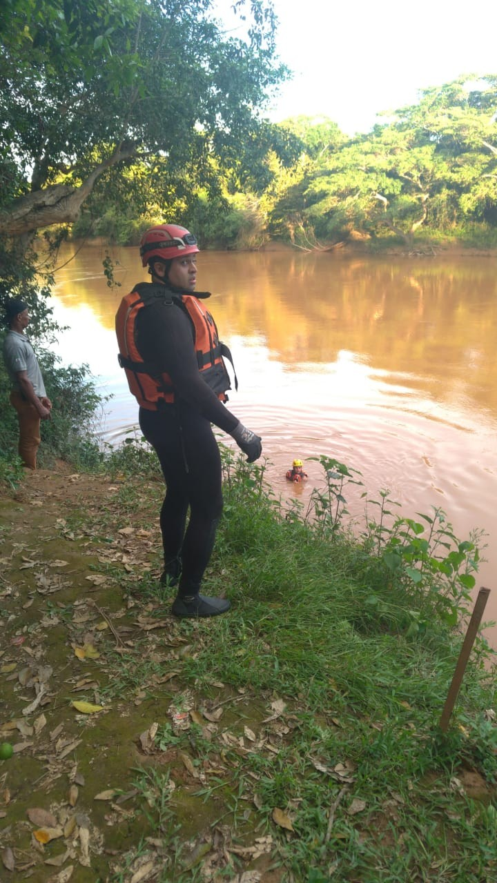 Corpo de Bombeiros busca por jovem que desapareceu no Rio São Francisco, em Bom Despacho
