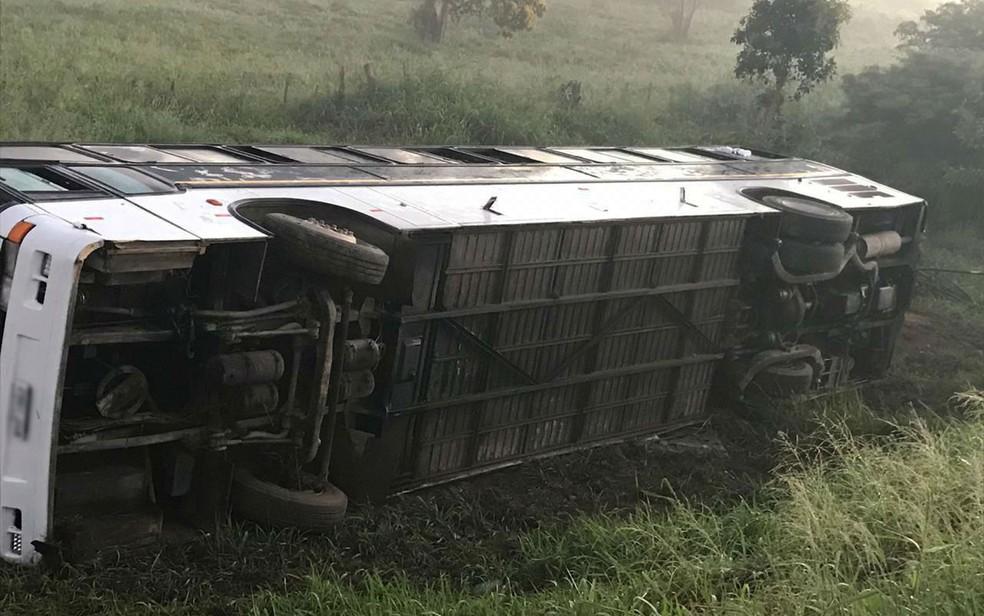 Torcedores ficaram feridos após ônibus tombar na BR-116, em Vitória da Conquista, no sudoeste baiano — Foto: Divulgação/PRF