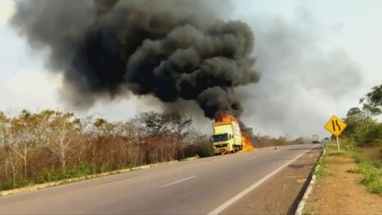 Caminhão de transportadora pega fogo na BR-364