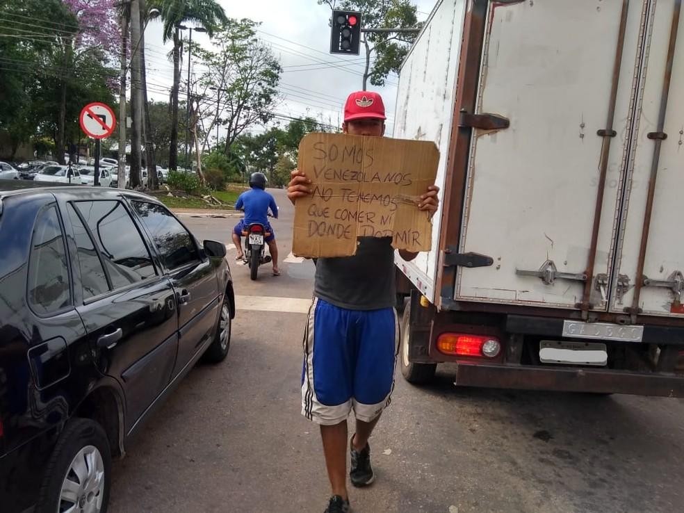 Irmãos pedem ajuda no sinal para comer e dormir — Foto: Alcinete Gadelha/G1