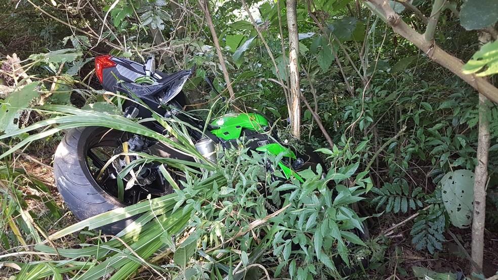 Conforme a Brigada Militar, motociclista saiu da pista e bateu em árvore — Foto: Divulgação/PRE