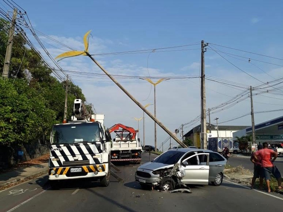 Motorista bate carro em poste durante madrugada deste domingo (2) no bairro Cidade Nova, em Manaus — Foto: Divulgação