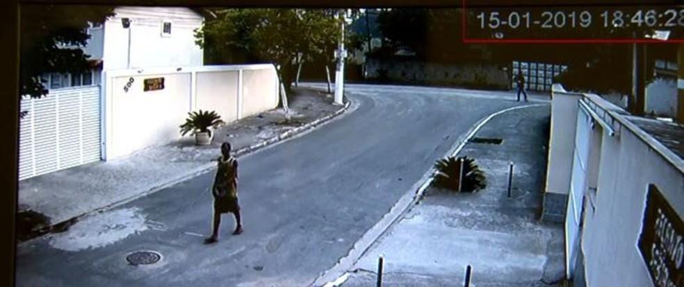 Imagens de câmeras de segurança mostram Leonardo Nascimento em outro lugar na hora do crime — Foto: Reprodução/TV Globo