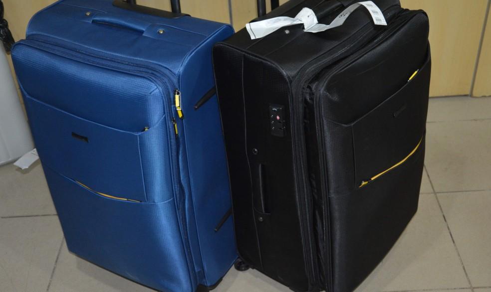 Mulher presa com cocaína no Aeroporto do Recife transportava drogas em duas malas com fundos falsos (Foto: Divulgação/PF)