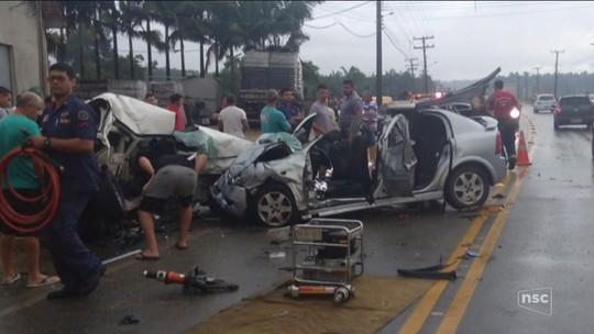 Acidente entre carros deixa três mortos e dois feridos na SC-410