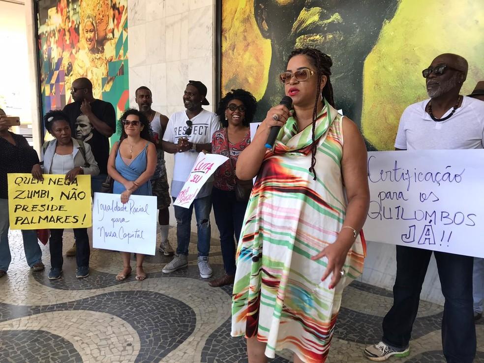 A professora Renata Parreira durante ato em frente à Fundação Cultural Palmares, em Brasília, contra nomeação de Sérgio Nascimento de Camargo para a presidência da instituição — Foto: Luiza Garonce/G1