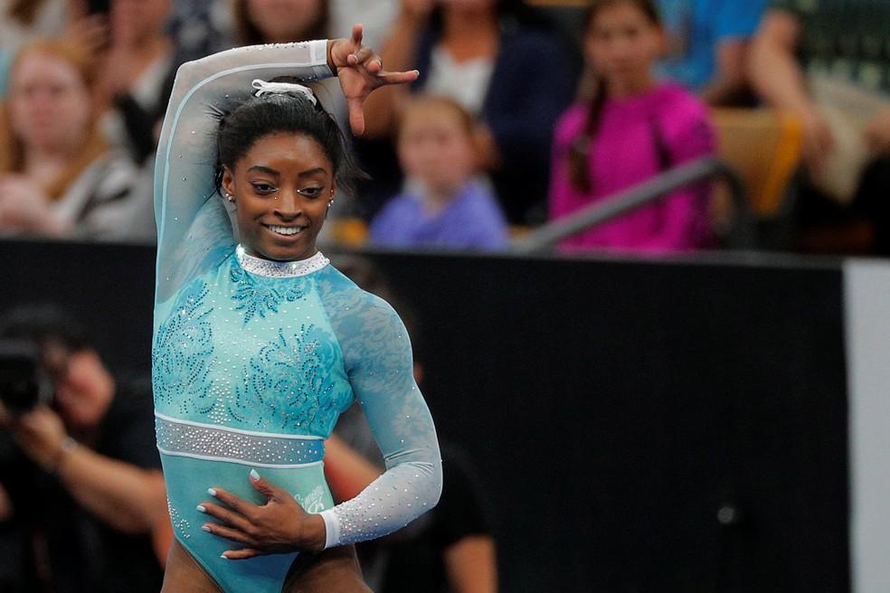 Simone Biles vestiu collant com cor de combate aos abusos sexuais durante o campeonato americano — Foto: REUTERS/Brian Snyder