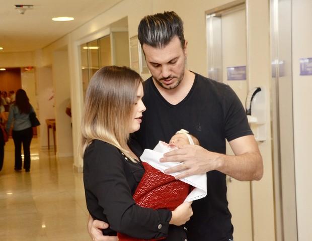 Thaeme e o marido, Fábio Elias, com a filha, Liz (Foto: Eduardo Martins/AgNews)
