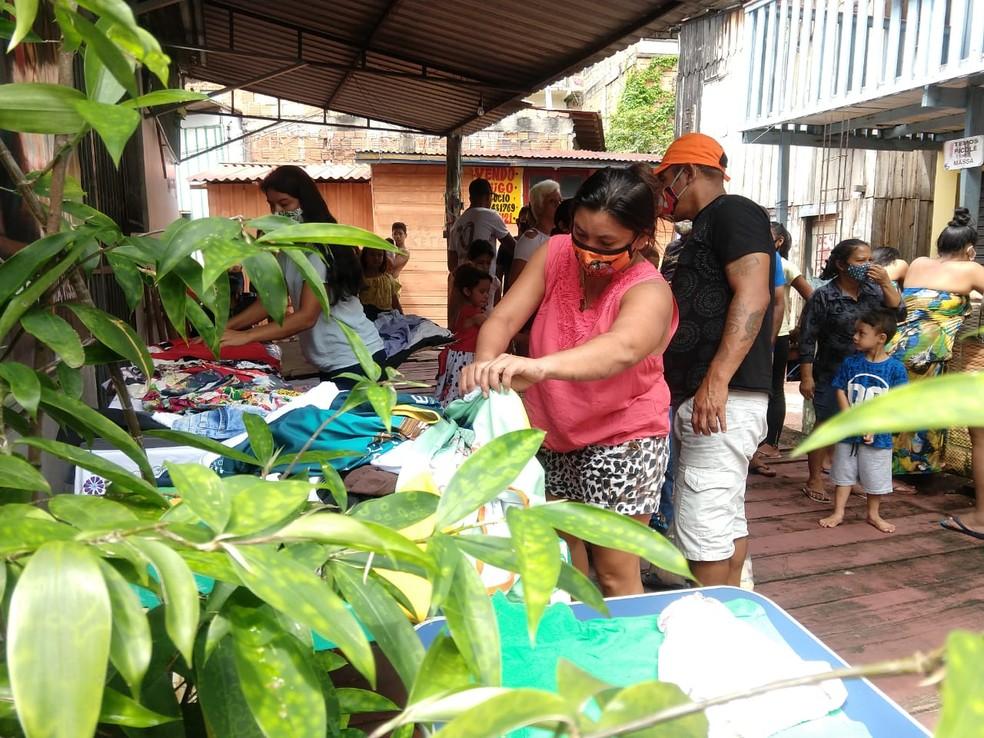 Famílias também receberam roupas doadas neste Natal, em Manaus. — Foto: Larissa Santiago/Rede Amazônica